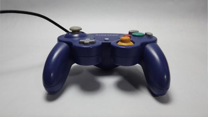 Ungu adalah simbol konsol, tetapi konsol GameCube juga tersedia dalam warna lain, seperti hitam atau perak.