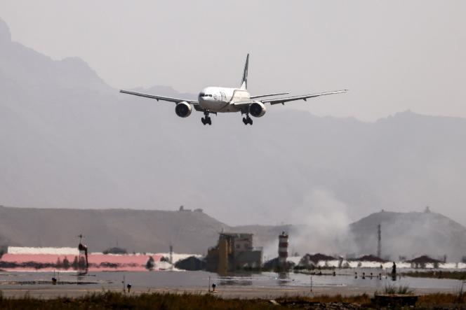El avión de la aerolínea paquistaní PIA aterrizó en el aeropuerto de Kabul, Afganistán, el 13 de septiembre de 2021.