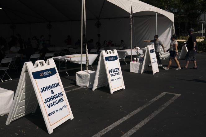 L'entrée d'une clinique de vaccination installée sur le parking d'une mutuelle santé, à Orange, en Californie,le 28 août 2021.