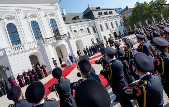 Le pape François accueilli par la présidente slovaque, Zuzana Caputova,le 13 septembre, à Bratislava.