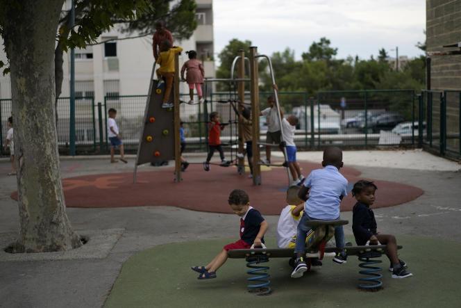 Des enfants jouent la cour de récréation de l'école primaire Bouge à Marseille, le 2 septembre 2021.