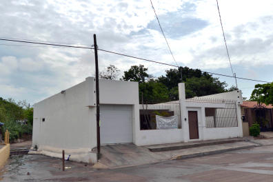 """View of a house owned by fugitive drug kingpin Joaquin """"El Chapo"""" Guzman in Culiacan, Sinaloa State, Mexico, in July 18, 2015. One week after Guzman escaped prison again, his legend has grown in his home region in northwestern Sinaloa state, where he is revered as a benevolent bandit despite his drug cartel's murderous record. Guzman escaped in July 11 through a 1.5-kilometer (one-mile) long tunnel that was dug under the shower space of his prison cell in central Mexico, authorities said Sunday AFP PHOTO / FERNANDO BRITO (Photo by Fernando Brito / AFP)"""