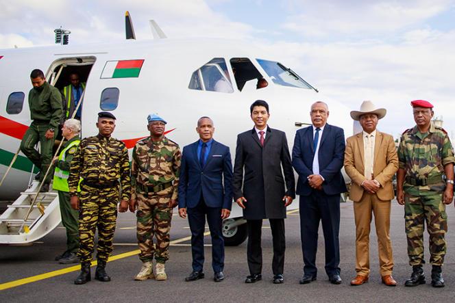 Le président de la République malgache, Andry Rajoelina (au centre), remet le Casa CN-235 à l'armée de l'air le 24 juin 2019.