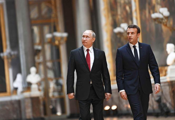 Emmanuel Macron et Vladimir Poutine, au Château de Versailles, en mai 2017. Les présidents français et russe ont tous deux préfacé le catalogue de l'exposition Morozov, qui s'ouvre le 22 septembre à la Fondation Vuitton, à Paris.
