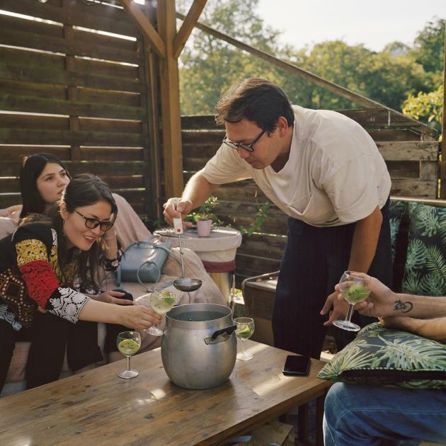 Med Ewaz (àdroite), en France depuis six ans, sert un verre à Roya et sa belle soeur Farida qui viennent d'arriver en France.