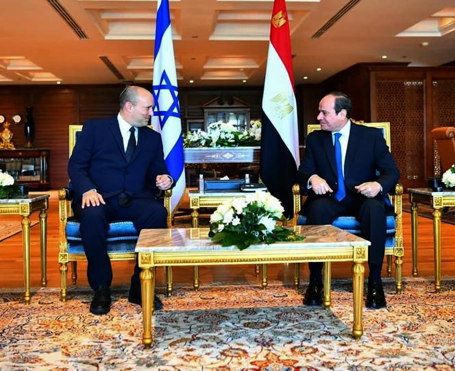 Le premier ministre israélien Naftali Bennett (à gauche) et le président égyptien Abdel-Fattah Al-Sissi, lors de leur rencontre àCharm El-Cheikh, en Égypte, le lundi 13 septembre 2021.