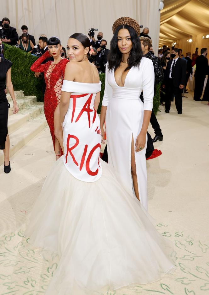 Alexandria Ocasio-Cortez et Aurora James, créatrice de la robe, le 13 septembre à New-York.