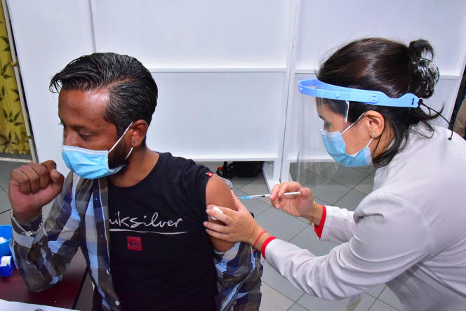 Seorang karyawan pusat karantina menerima suntikan vaksin Covid-19 di Rumah Sakit Victoria di Quatre-Bornes, Mauritius, pada Januari 2021.