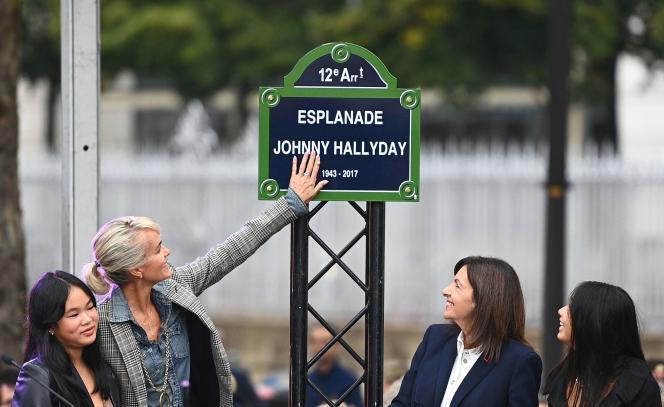 Laeticia Hallyday (deuxième, à gauche), avec ses deux filles, Jade et Joy, et Anne Hidalgo (deuxième, à droite) lors de l'inauguration de l'esplanadeJohnny-Hallyday, le 14 septembre, à Paris.