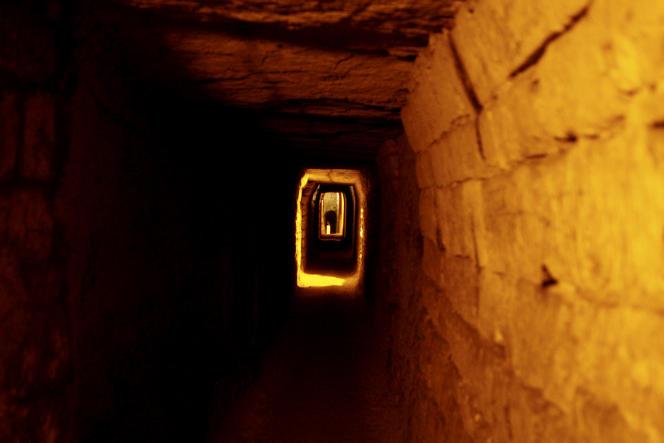 Dans les catacombes de Paris.