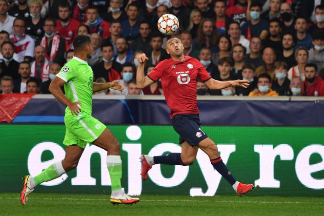 Burak Yilmaz au duel avec Maxence Lacroix, lors du match nul (0-0) entre Lille et Wolfsburg.