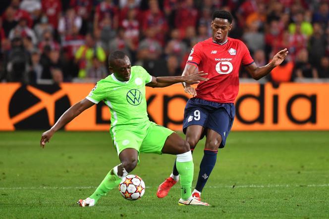 Le Lillois Jonathan David, au duel avec le défenseur de Wolfsburg Jérome Roussillon.