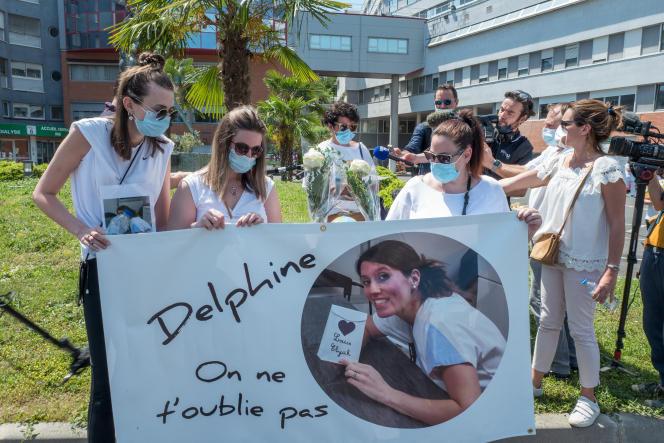 Des collègues et des proches de Delphine Jubillar, disparue en décembre 2020, lors d'un rassemblement à Albi, le 12juin 2021.