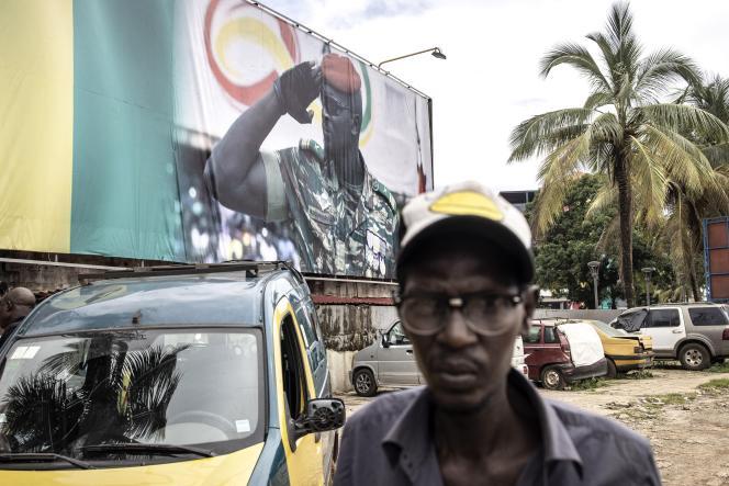 Portrait géant du chef de la junte guinéenne, le colonel Mamady Doumbouya, le 11 septembre 2021 à Conakry.
