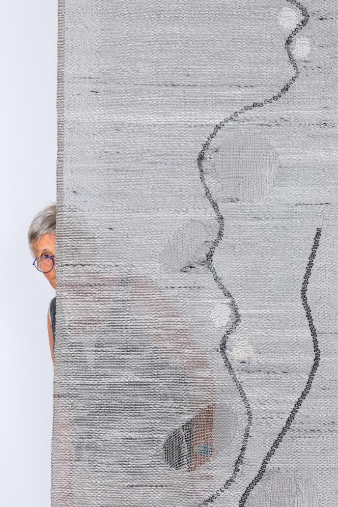 Simone Prouvé, en 2019, derrière son œuvre «Panneau 020415».