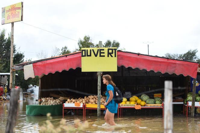 Dans une rue inondée de Codognan, dans le Gard, le 14septembre 2021.