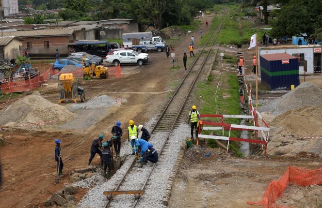 Des employés travaillent à la construction d'une ligne de métro à Abidjan (Côte d'Ivoire), en septembre 2019.