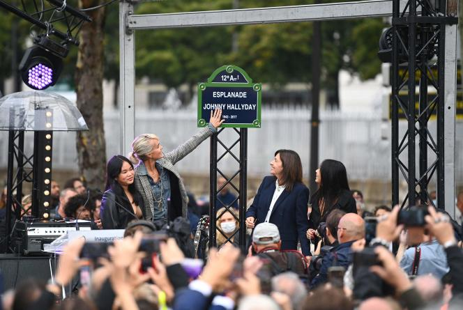 Laeticia Hallyday devant la plaque de l'esplanade Johnny-Hallyday, à Paris, le 14 septembre 2021.