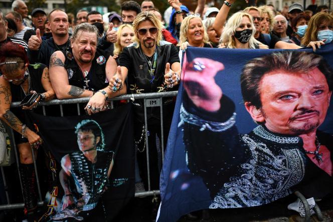 Des fans du chanteur lors de l'inauguration de l'esplanade Johnny-Hallyday, à Paris, le 14 septembre.