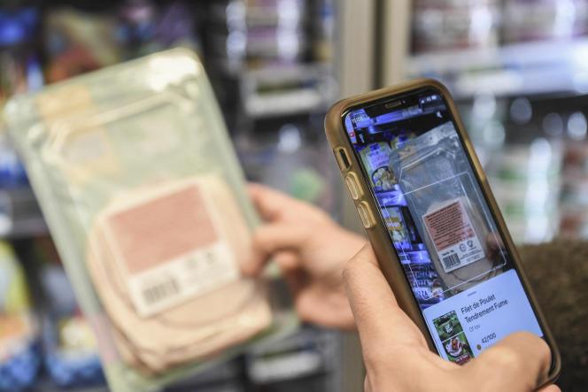 Seorang pelanggan memindai produk menggunakan aplikasi Yuka pada 20 November 2020 di Paris.