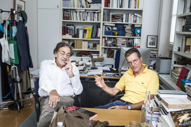 Alain Finkielkraut et Antoine Compagnon, dans le bureau de ce dernier au Collège de France, à Paris.