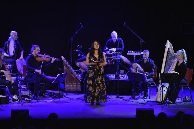 La chanteuse Gülay Hacer Toruk (au premier plan), accompagnée par l'ensemble Canticum Novum, dirigé par Emmanuel Bardon, lors du concert du 11 septembre 2021, au 42e Festival d'Ambronay (Ain).