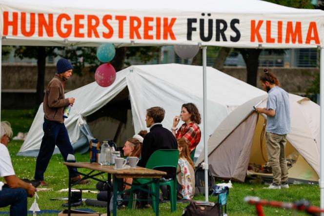Simon Helmstedt (à gauche) et Jacob Heinze (à droite), deux des jeunes gens en grève de la faim pour dénoncer l'inaction des responsables politiques face à la catastrophe climatique, à Berlin, le 13 septembre.