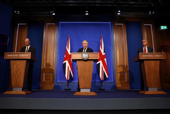 Boris Johnson aux côtés de son conseiller médical en chef et du conseiller scientifique en chef du gouvernement, à Londres, le 14 septembre 2021.