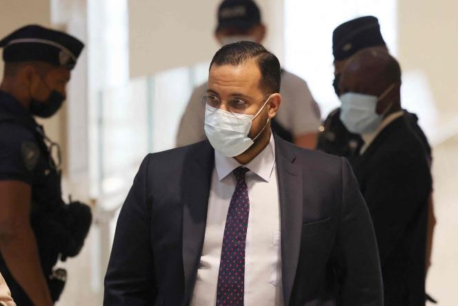 Alexandre Benalla arrive à son procès pour une agression lors d'une manifestation du 1er mai 2018, au tribunal de Paris, le 13 septembre 2021.