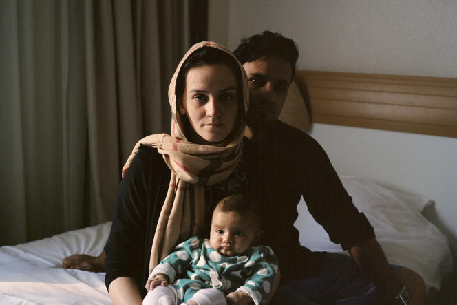 Les exilés afghans Tanweir, son mari, Azimullah, et leur fille, Hasti, ont été installés dans une chambre d'hôtel, en banlieue parisienne.
