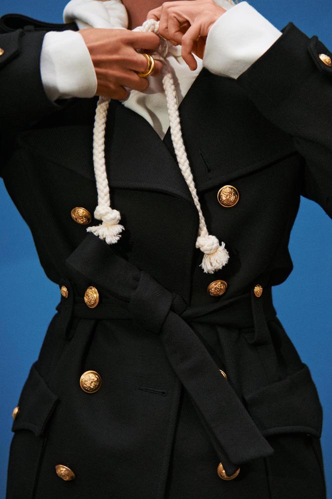 Manteau Board, en laine et viscose, Laurence Bras, 890€. Hoodie Veggie, en coton, JW Anderson, 365€. Bague Petit Looping, en or jaune et diamants, Charlotte Chesnais, 2900€.