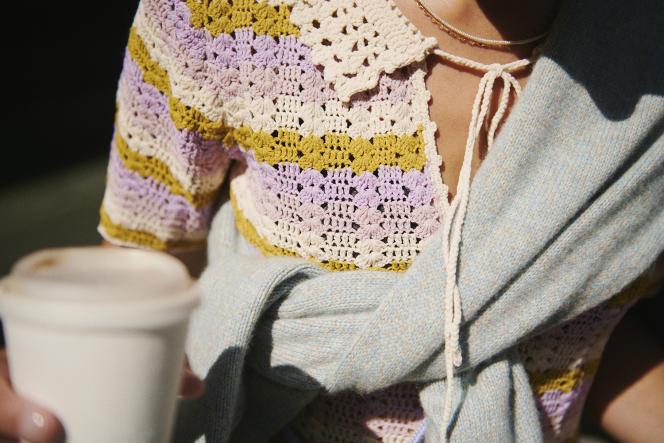 Robe polo, en crochet, Sandro, 295 €. Pull en laine et cachemire, Icicle, 550 €. Collier personnel.