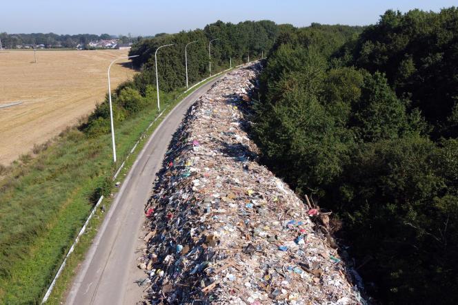 Des déchets sur l'autoroute abandonnée A601, à Juprelle, près de Liège (Belgique), le 3septembre 2021.