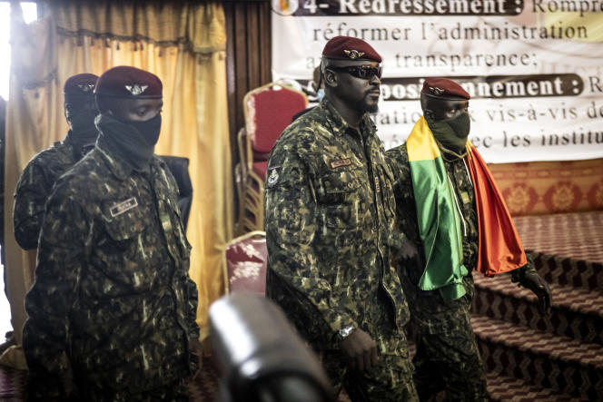 Mamady Doumbouya (au centre) arrive au palais du Peuple, le 14septembre à Conakry, pour y rencontrer les leaders religieux guinéens.