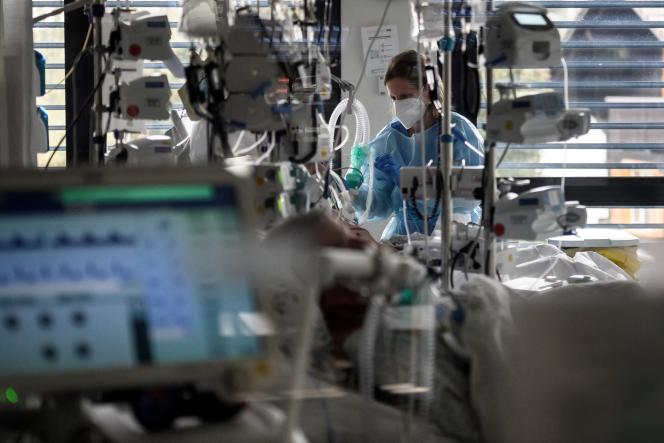 Une infirmière surveille un patient atteint du Covid-19, pris en charge en réanimation, à l'hôpital de La-Chaux-de-Fonds (Suisse), en novembre 2020.