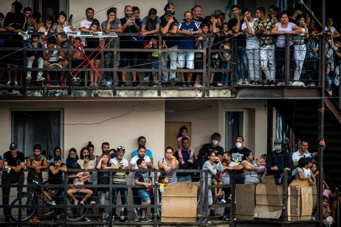 Les Roms du ghetto Lunik IX, à Kosice, en Slovaquie, attendent l'arrivée du pape François, le 14septembre2021.