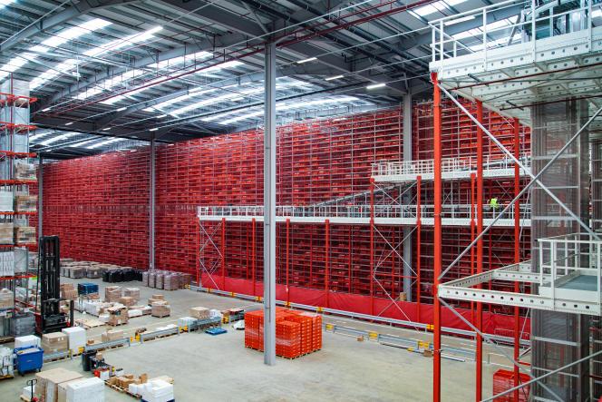 Des étagères de stockage de caisses de vin après la mécanisation de l'entrepôt d'Europa Worldwideà Corby, au Royaume-Uni, le 10 septembre 2021.