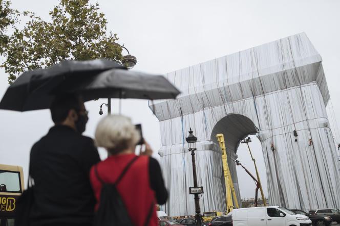 « L'Arc de triomphe empaqueté», en cours d'installation à Paris, le 15 septembre.