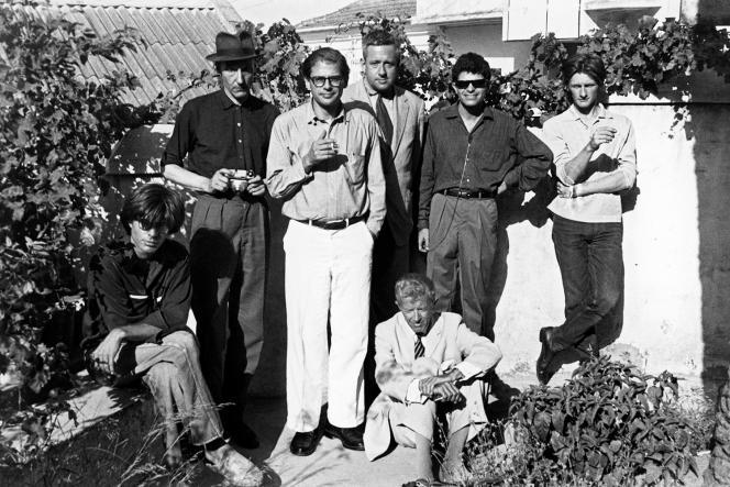 A Tanger, en 1961, assis, Peter Orlovsky et Paul Bowles ; debout, de gauche à droite, Burroughs, Ginsberg, Ansen, Corso et Sommerville.