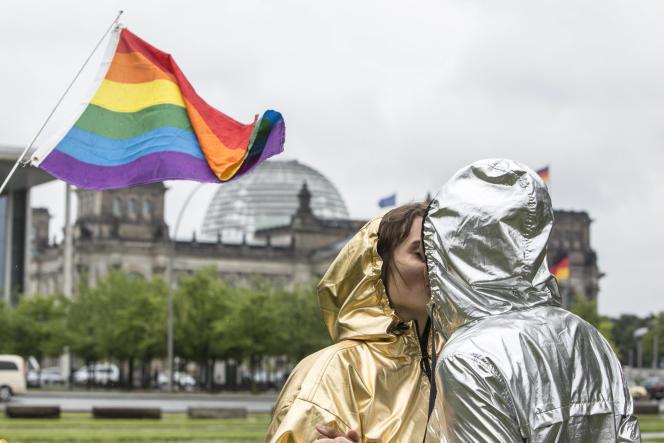 Devant le Bundestag, à Berlin, le 30 juin 2017, jour de l'adoption de la loi autorisant le mariage entre personnes de même sexe.