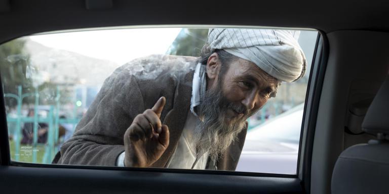 Un homme mendie auprès des conducteurs dans le centre de Kabul, le 13 septembre. Depuis l'arrivée des talibans et la crise économique qui frappe le pays, les nombre de mendiants auraient explosé.