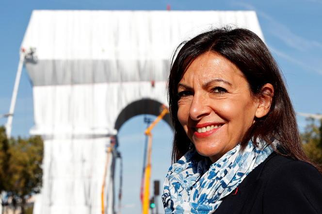 La maire socialiste de Paris et candidate à la présidentielle de 2022, Anne Hidalgo, devant l'Arc de triomphe, à Paris, le 16 septembre 2021.