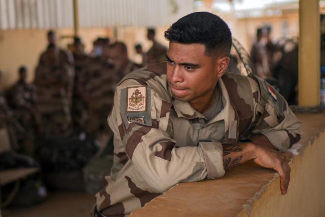 Un soldat des forces françaises Barkhane, à la fin d'une mission de quatre mois au Sahel, quitte la base de Gao, au Mali, le 9 juin 2021.