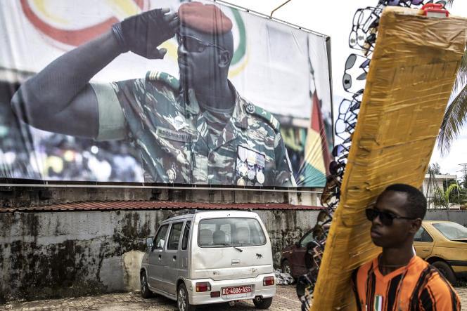 Un portrait géant du colonel Mamady Doumbouya à Conakry, le 11 septembre 2021.