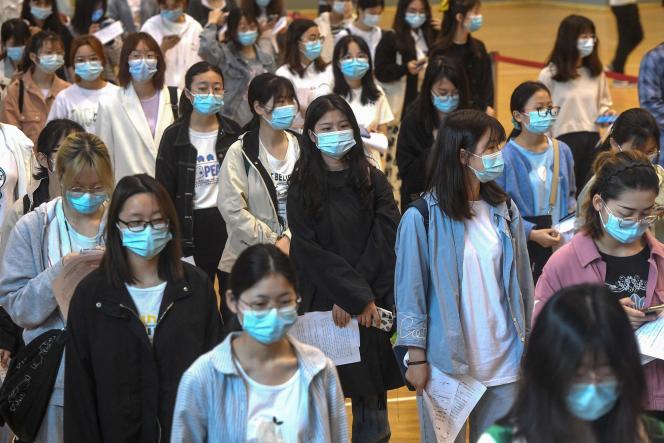 Des étudiants patientent à l'université de Wuhan (Chine) pour recevoir une dose de vaccin contre le Covid-19, le 27 avril 2021.