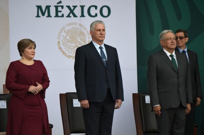 Ο Κουβανός πρόεδρος Miguel Diaz-Canel (στο κέντρο) και η σύζυγός του Lis Cuesta μαζί με τον Πρόεδρο του Μεξικού Andres Manuel Lopez Obrador σε μια τελετή για την Ημέρα της Ανεξαρτησίας στην Πόλη του Μεξικού στις 16 Σεπτεμβρίου 2021.