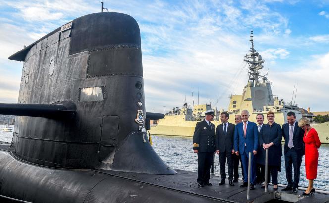 Le président français Emmanuel Macron et l'ancien premier ministre australienMalcom Turnbull sur le pont d'un sous-marin opéré par la Marine australienne, à Sydney, le 2 mai 2018.