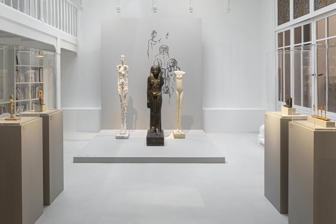 Vue de l'exposition «Giacometti et l'Egypte antique», à l'Institut Giacometti, à Paris. Sont exposés ici, de gauche à droite : «Femme qui marche» (1932-1936), d'Alberto Giacometti, «Statue de la déesse Nephthys», XVIIIe dynastie (prêt du Musée du Louvre), et«Grande Femme», 1958,d'Alberto Giacometti.