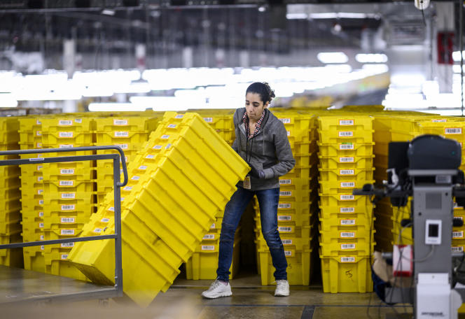 Une femme travaille dans un hangar de distribution Amazon, à New York, le 5 février 2019.