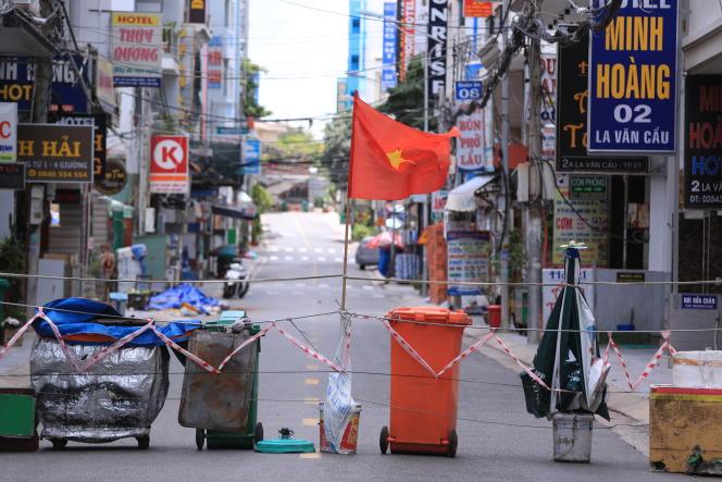 Une rue coupée dans le cadre du confinement mis en place à Vung Tau, au Vietnam, le 13 septembre 2021. Plus de la moitié des Vietnamiens sont privés de déplacement à la suite de la résurgence de la pandémie de Covid-19 dans le pays.
